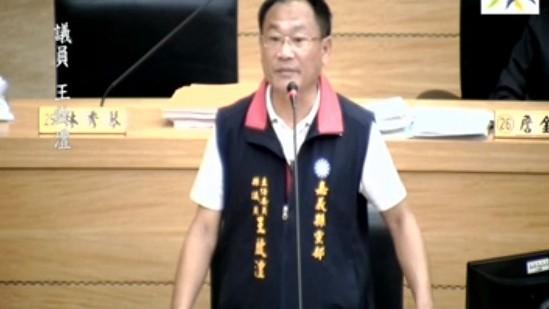 嘉義縣議員王啓澧認為台灣燈會的攤位租金過高。(記者林宜樟翻攝)
