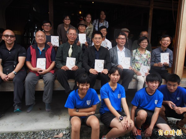 「台東木工發展史《卷一》東海岸木工傳奇」新書發表,老中青三代的木工人參與。(記者王秀亭攝)