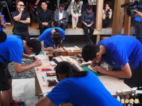 公東高工木工科學生在前輩面前,展現在校所學。(記者王秀亭攝)