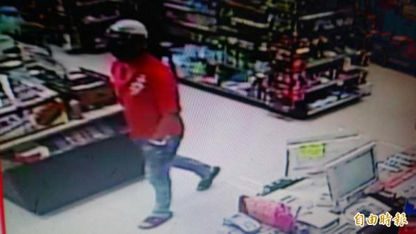 一名頭戴安全帽的紅衣男子,凌晨至超商打劫。(記者蔡宗勳翻攝)