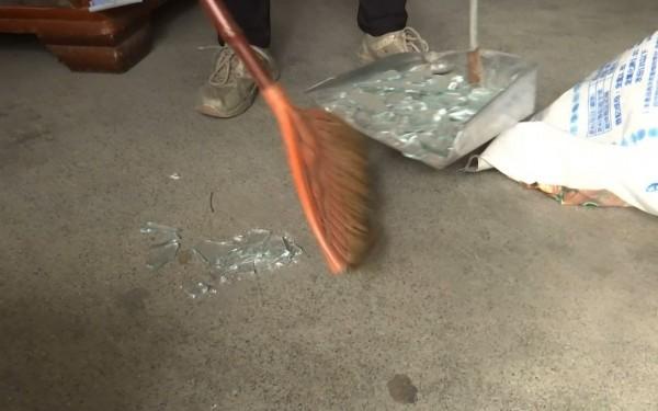 洪男前女友家裡,滿是碎裂的大門玻璃。(記者王秀亭翻攝)