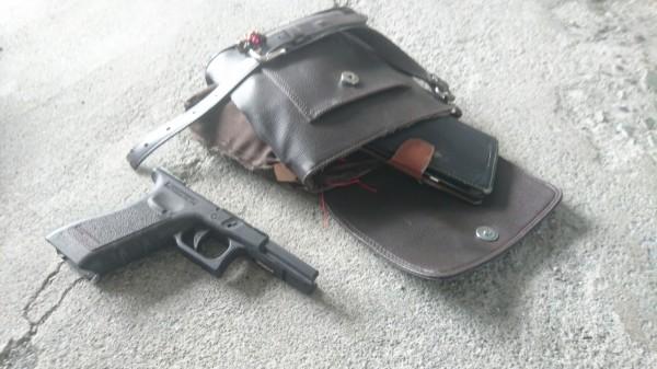 男子打人所使用的假槍。(記者王秀亭翻攝)