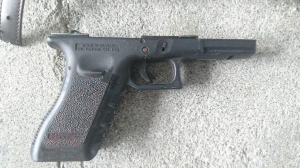 經警方查證,該槍枝為假槍。(記者王秀亭翻攝)