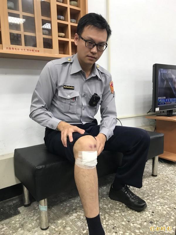 黃員遭衝撞受傷。(記者陳薏云攝)