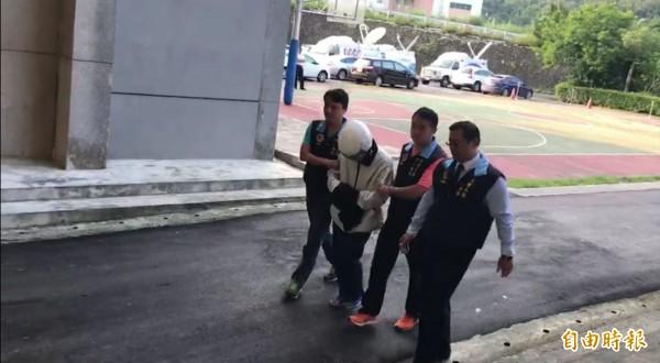 李嫌(左2)遭警方逮捕。(記者陳薏云攝)