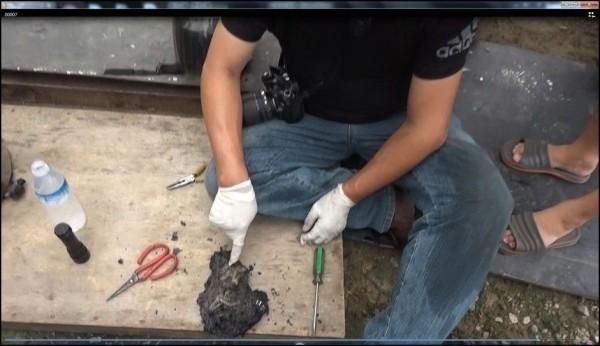 林男為求湮滅證據與脫罪,將毒品與尼龍袋、塑膠袋混合後點火燃燒,清查約277公克的安非他命。(記者彭健禮翻攝)