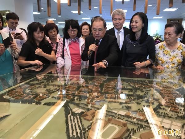 東華大學創校校長牟宗燦(中間拿麥克風者)今受邀回娘家參與校史室開幕,他看著創校以來的珍貴文物及模型,感動憶當年。(記者王峻祺攝)