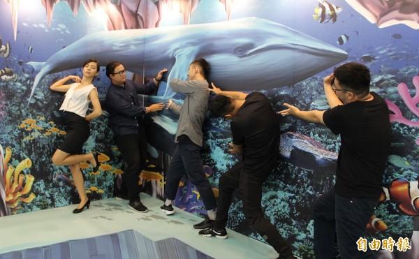 民眾與藍鯨3D地景拍照。(記者黃旭磊攝)