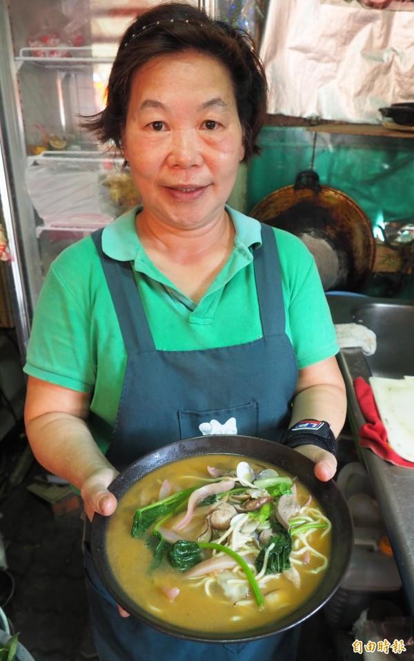李麗綿煮的什錦麵好吃料多,且至今沒有漲價過,一直都只賣60元。(記者陳鳳麗攝)