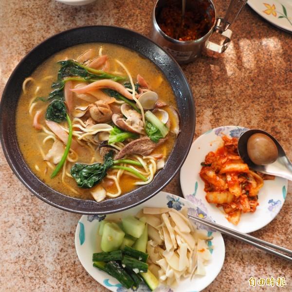 李麗綿的小菜和辣椒醬也都是自己做,也很受客喜愛。(記者陳鳳麗攝)