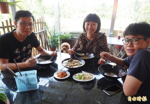 來自高雄的顧客左起宋駿明、宋奕箴和戴婕妮,直稱什錦麵真好吃,CP值超高。(記者陳鳳麗攝)