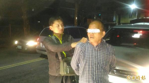 鄭姓男子經2年逃亡,今晚在斗六棒球場附近被警網攔下落網。(記者詹士弘攝)