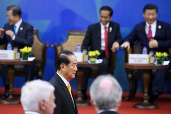 APEC領袖代表宋楚瑜和中國國家主席習近平(後排右一)於APEC三度同台,公開無互動、私下握手。(中華台北代表團提供)