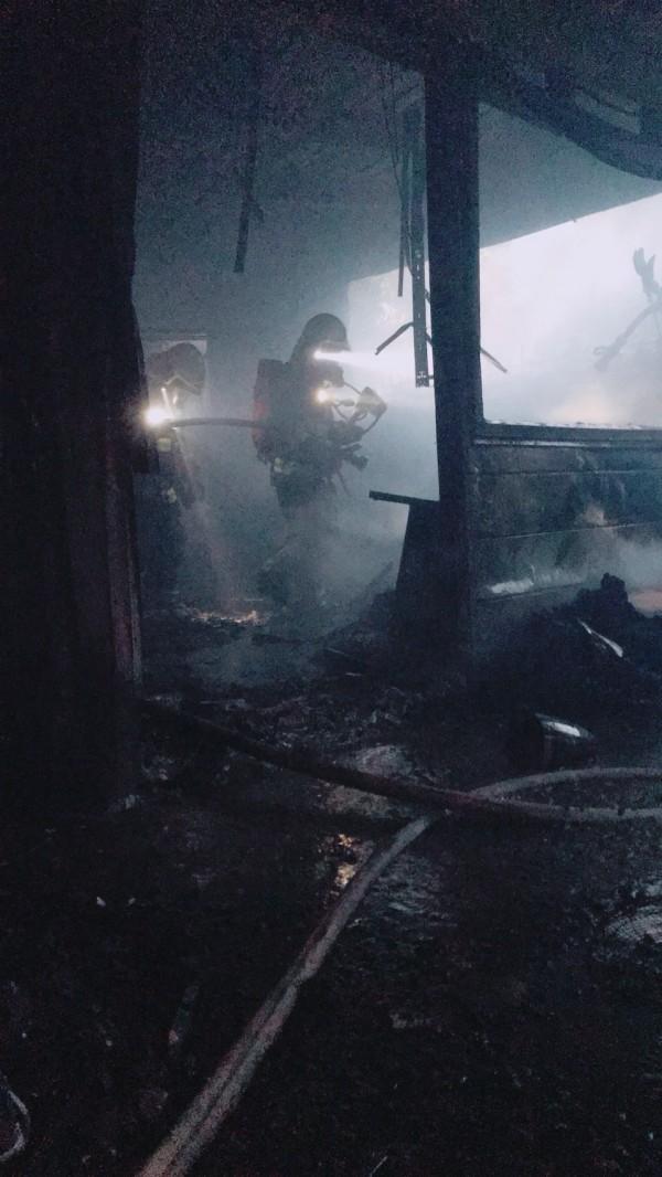 新竹縣新埔鎮鐵皮倉庫火警,消防隊員搶救。(圖由新竹縣政府消防局提供)
