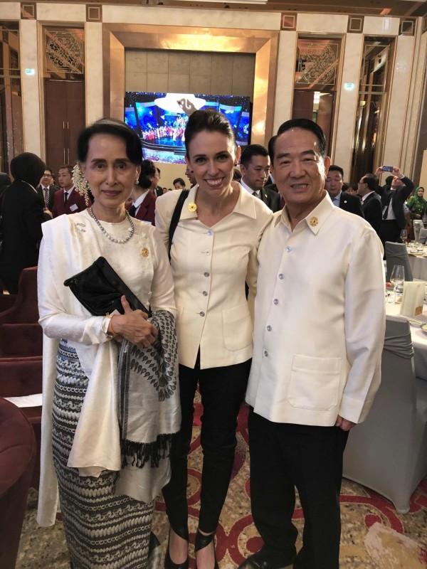 APEC領袖代表宋楚瑜(右)出席APEC歡迎晚宴,與紐西蘭總理阿爾登(中)與緬甸實質領導人翁山蘇姬(左)合影。(APEC代表團顧問李鴻鈞提供)