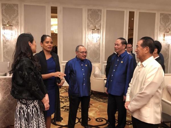 APEC領袖代表宋楚瑜與女兒宋鎮邁出席APEC歡迎晚宴,與越南國家主席陳大光及下屆主辦國巴紐總理歐奈爾夫婦互動。(APEC代表團顧問李鴻鈞提供)