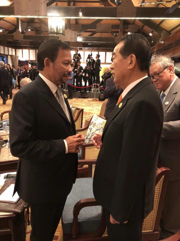 APEC領袖代表宋楚瑜與汶萊首相包奇亞交談。(APEC代表團顧問李鴻鈞提供)