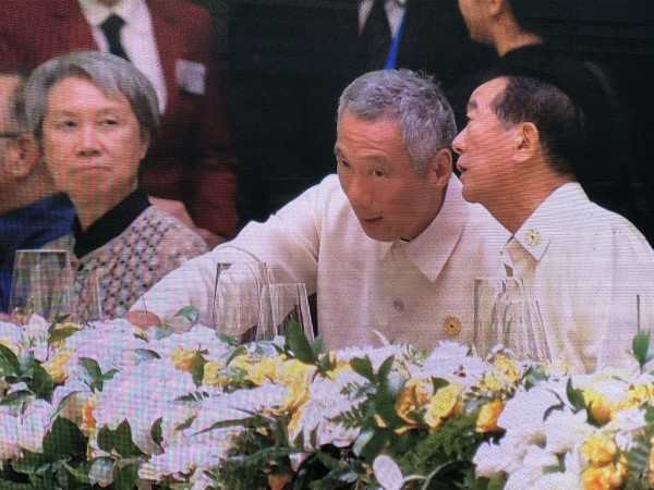 APEC領袖代表宋楚瑜在晚宴上與新加坡總理李顯龍交談。(翻攝自APEC大會轉播畫面)