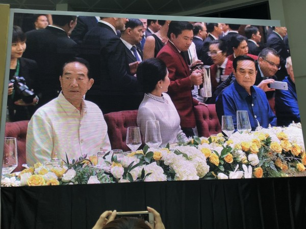 APEC領袖代表宋楚瑜與泰國總理帕拉育(右二)夫婦比鄰而坐,帕拉育左側為美國總統川普。(翻攝自APEC大會轉播畫面)