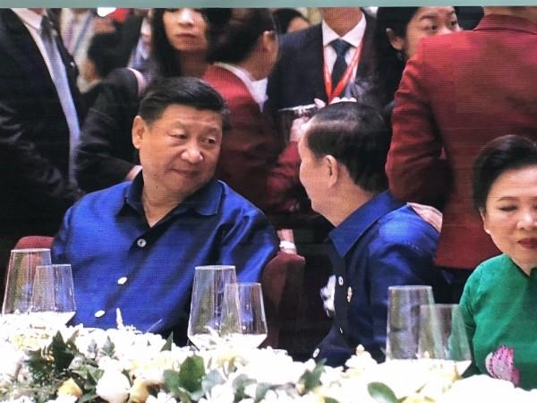 中國國家主席習近平與越南國家主席陳大光交談。(翻攝自APEC大會轉播畫面)