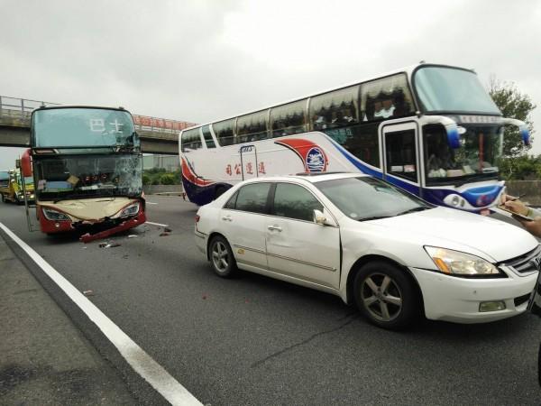 國道一號南下約116公里處,今早發生3車連環追撞事故,所幸無人傷亡。(記者鄭名翔翻攝)