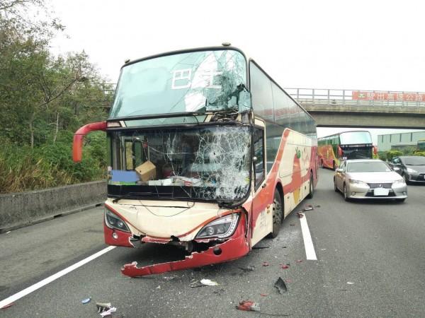 肇事遊覽車車頭毀損嚴重。(記者鄭名翔翻攝)