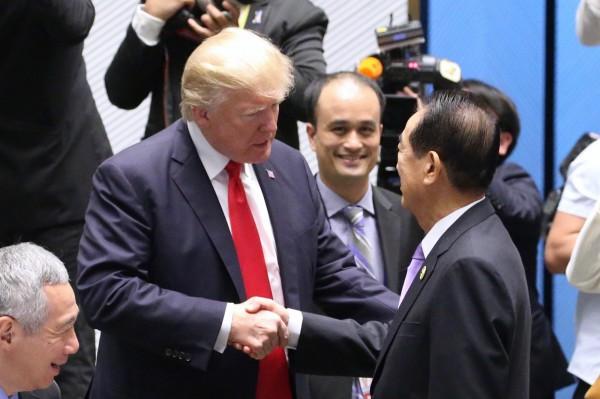 我方領袖代表宋楚瑜和美國總統川普握手寒暄。(中華台北代表團提供)