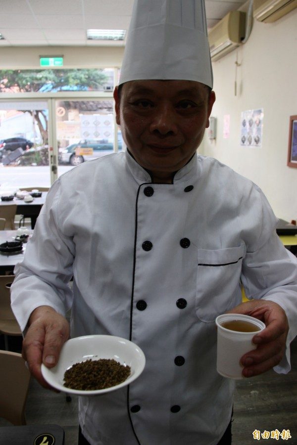 何明坤用龍眼花泡的茶,讓民眾一杯接一杯暢飲。(記者林欣漢攝)
