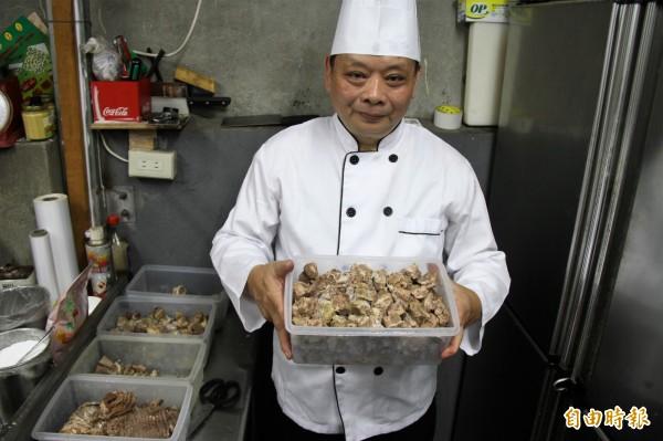 何明坤用肉塊取代肉片,看得到真正食材,養生也能填飽五臟廟。(記者林欣漢攝)
