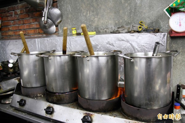 店內湯頭都是當天熬煮六個鐘頭。(記者林欣漢攝)