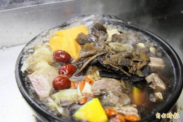 基隆「海濱養生鍋」用南瓜、芋頭、馬鈴薯及菇類入鍋,取代加工食品。(記者林欣漢攝)