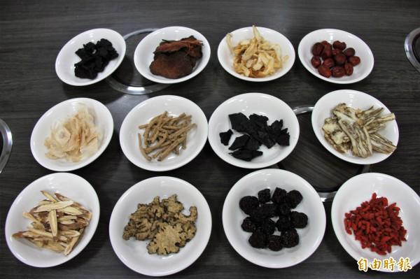 「海濱養生鍋」不惜血本使用黃精、人蔘、當歸等二十多種中藥材。(記者林欣漢攝)