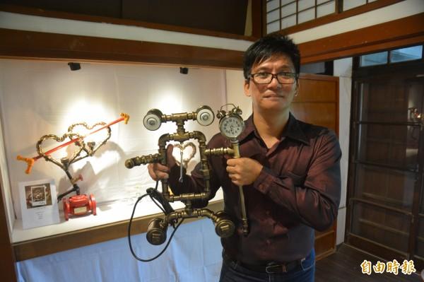 花蓮43歲卑南族退伍軍人希瓿·瓦硌,現職為水電技師,3年來創作無數鐵件作品。(記者王峻祺攝)
