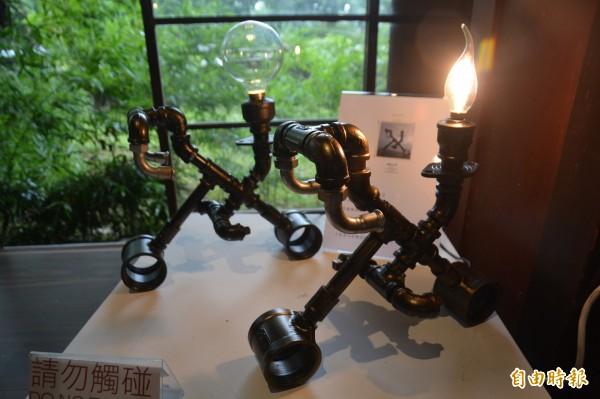 希瓿·瓦硌的鐵件作品都有屬於自己的故事。(記者王峻祺攝)