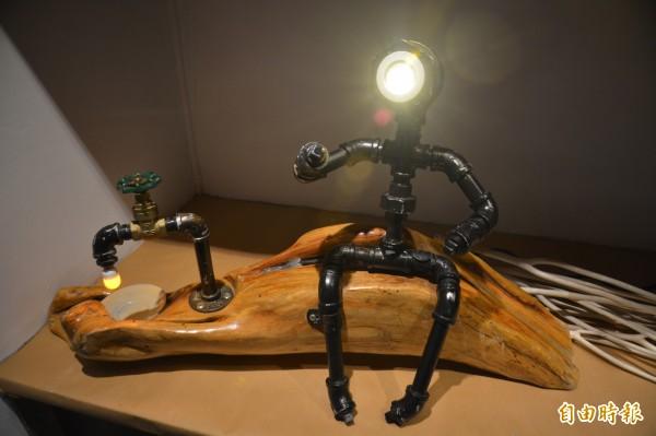 希瓿·瓦硌將3年前坐在七星潭漂流木上沉思的回憶化作鐵件作品。(記者王峻祺攝)