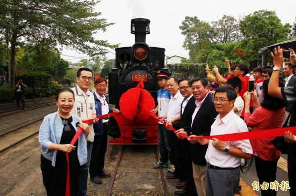 嘉義縣長張花冠(左一)、650蒸汽火車頭捐贈者伊藤一己(右二)等歡慶復駛。(記者林宜樟攝)