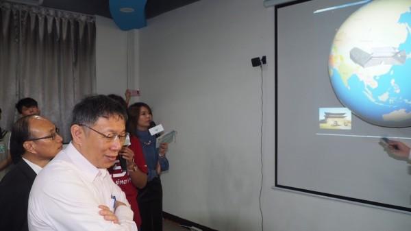 永春高中為3R智慧教室開幕揭牌儀式前半小時,台北市長柯文哲悄悄現身。(北市教育局提供)