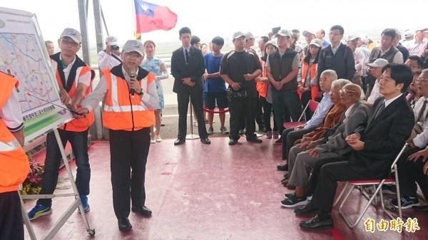 公路總局局長陳彥伯進行台61七股到十份段工程簡報。(記者楊金城攝)