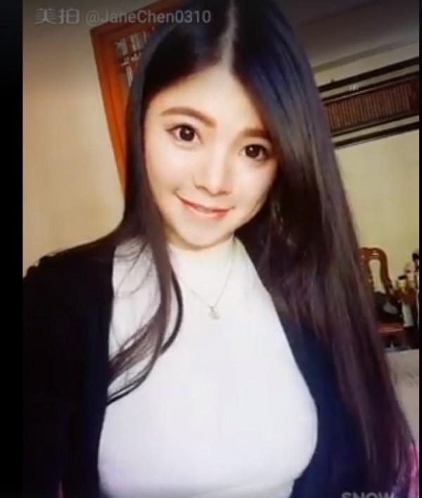 陳妍均有天使臉孔、魔鬼身材,在網路擁有大批粉絲。(翻攝臉書)