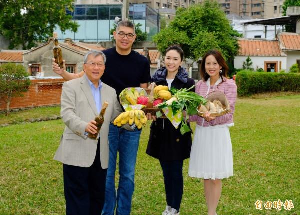 連勝文(左二)、蔡依珊(右二)夫婦今天到新竹縣參加「13好市集」活動,受到縣長邱鏡淳(左一)、文化局長張宜真(右一)的熱情歡迎。(記者蔡孟尚攝)