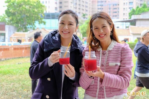 連勝文的太太蔡依珊(左)在新竹縣政府文化局長張宜真(右)的推薦下,品嚐了「13好市集」的落神花茶。(記者蔡孟尚攝)