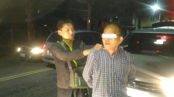 一度引發人心惶惶的斗六持刀鄭姓搶匪(右)昨被警方逮捕,今裁定收押。(記者廖淑玲翻攝)
