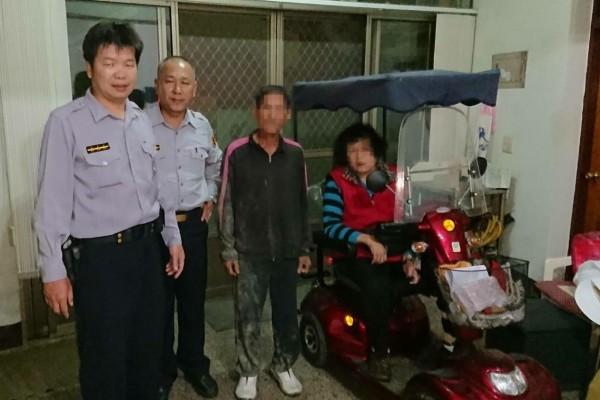 雲林縣70歲廖姓老翁騎機車騎了88公里到台南學甲,暖警把老翁(右二)護送返家和老妻團聚。(記者楊金城翻攝)
