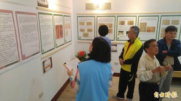 國立大湖農工舉辦大湖地區開辦養蠶事業130週年紀念展,讓外界回顧養蠶興衰史。(記者張勳騰攝)