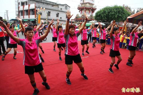 月眉社區姊妹們跳舞表演。(記者林宜樟攝)