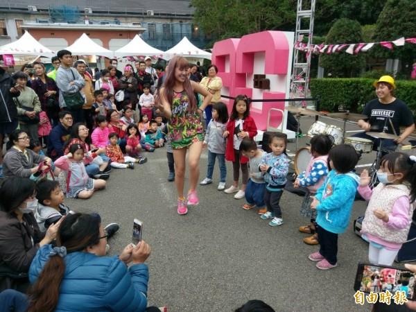 藝人帶動唱讓孩子們快樂與州廳一起過生日。(記者蔡彰盛攝)