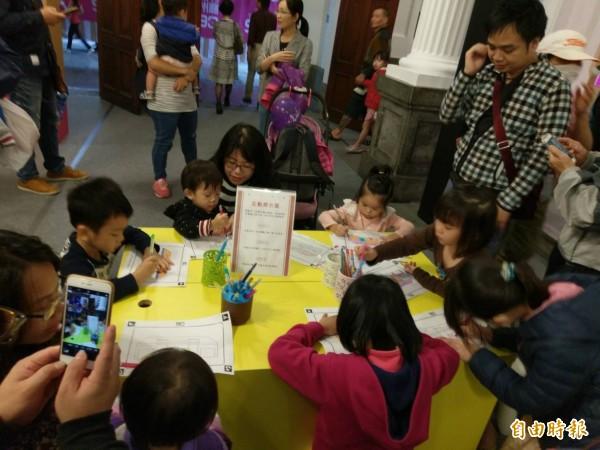 一系列慶祝活動讓親子共同體驗州廳的風華。(記者蔡彰盛攝)
