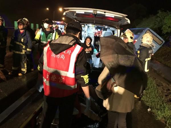 基隆客運今晚在國道三號北上10.3公里處,失控自撞路燈後翻車,消防員馳援救出駕駛與8名乘客。(記者林嘉東翻攝)