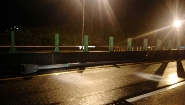 基隆客運失控撞斷路旁電燈桿,燈桿彈飛砸中快速道2輛轎車車頭與車頂。(記者林嘉東翻攝)