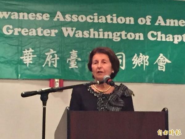 已故美國參議員索拉茲的遺孀妮娜繼續丈夫的志業,繼續關懷台灣的發展。她應華府台灣同鄉會邀請在感恩節餐會上演說。(記者曹郁芬攝)